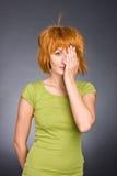 dziewczyna zieloną złotowłosy portret czerwony shir t Obrazy Stock