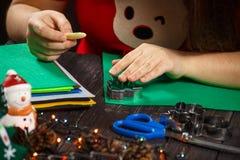 Dziewczyna zwrotów zielona choinka robić tkanina Zdjęcie Royalty Free