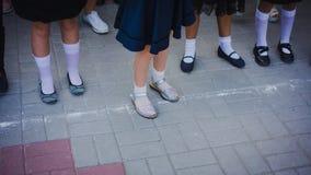 Dziewczynek nogi w bielu golfie i pi?kni buty s? w uszeregowaniu na ucz? kogo? lini? na Wrze?niu 1 Wrzesie? 1 - linia obraz royalty free