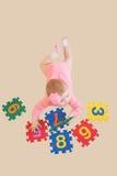 Dziewczynka bawić się liczby i uczy się Obraz Royalty Free