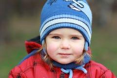 Dziewczynka bawić się outside, wiosny przespacerowanie fotografia royalty free