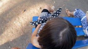 Dziewczynka bawić się smartphone zdjęcie wideo