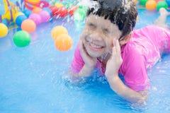Dziewczynka bawić się w kiddie basenie Obrazy Royalty Free