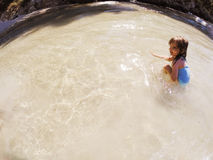 Dziewczynka bawić się w morzu Fotografia Stock