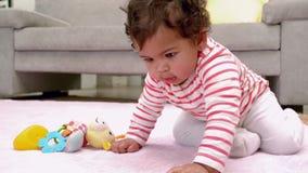 Dziewczynka bawić się z cyfrową pastylką zdjęcie wideo