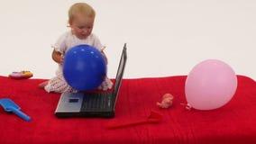 Dziewczynka bawić się z laptopem zbiory