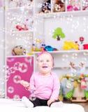 Dziewczynka bawić się z mydlanymi bąblami Zdjęcia Royalty Free