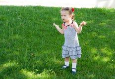 Dziewczynka chodzi samotnie w parku Obrazy Royalty Free