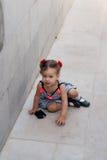 Dziewczynka chodzi samotnie w parku Zdjęcia Royalty Free