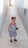 Dziewczynka chodzi samotnie w ulicie Zdjęcia Royalty Free