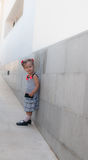 Dziewczynka chodzi samotnie w ulicie Zdjęcie Stock