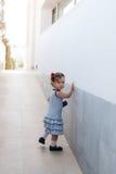 Dziewczynka chodzi samotnie w ulicie Zdjęcia Stock