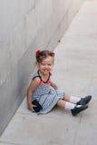 Dziewczynka chodzi samotnie w ulicie Obrazy Stock