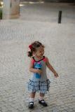 Dziewczynka chodzi samotnie w ulicie Fotografia Royalty Free