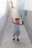 Dziewczynka chodzi samotnie w ulicie Obraz Stock