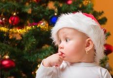 Dziewczynka jest ubranym Santa kapelusz Obrazy Stock
