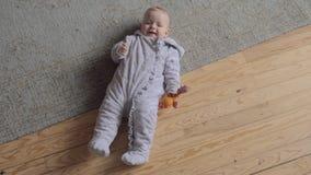 Dziewczynka kłaść na dywanie zbiory wideo