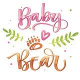 Dziewczynka niedźwiedź - Niedźwiadkowa Rodzinna wektorowa kolorowa kaligrafia z prosta ręka rysującym niedźwiadkowym stopy i leaf ilustracja wektor