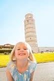 Dziewczynka przed oparty wierza Pisa Obrazy Stock