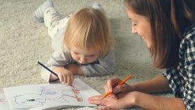 Dziewczynka przychodził matka rysować obrazek z ołówkami zbiory wideo