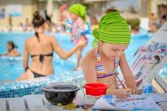 Dziewczynka rysunek blisko basenu Zdjęcie Royalty Free