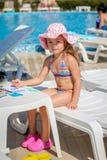 Dziewczynka rysunek blisko basenu Obrazy Royalty Free