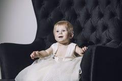 Dziewczynka trochę bardzo elegancka i modny ubierający piękny śliczny Zdjęcia Stock