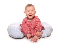 Dziewczynka uczenie siedzieć używać poduszkę Obrazy Stock