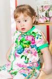 Dziewczynka w modnym kostiumu Obrazy Royalty Free