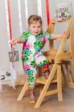 Dziewczynka w modnym kostiumu Zdjęcia Stock