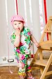 Dziewczynka w modnym kostiumu, nakrętka obraz stock