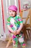 Dziewczynka w modnym kostiumu, nakrętka Obrazy Royalty Free