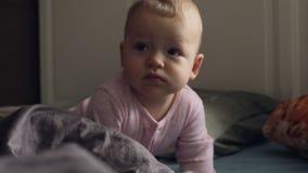 Dziewczynka w różowym romper kostiumu na upaćkanym łóżku zbiory