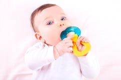 Dziewczynka z brzęku teether zabawką Obrazy Royalty Free