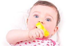Dziewczynka z brzęku teether zabawką Zdjęcia Stock