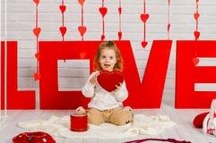 Dziewczynka z czerwonym kierowym cukierkiem fotografia royalty free