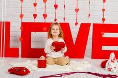 Dziewczynka z czerwonym kierowym cukierkiem obrazy stock