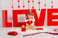Dziewczynka z czerwonym kierowym cukierkiem zdjęcie royalty free