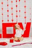 Dziewczynka z czerwonym kierowym cukierkiem obrazy royalty free