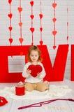 Dziewczynka z czerwonym kierowym cukierkiem zdjęcie stock