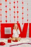 Dziewczynka z czerwonym kierowym cukierkiem obraz royalty free