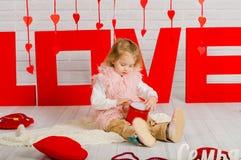 Dziewczynka z czerwonym kierowym cukierkiem zdjęcia stock
