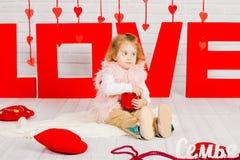 Dziewczynka z czerwonym kierowym cukierkiem fotografia stock
