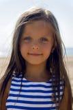 Dziewczynka z długie włosy w pasiastej błękit sukni Zdjęcia Royalty Free