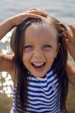 Dziewczynka z długie włosy w pasiastej błękit sukni Fotografia Royalty Free