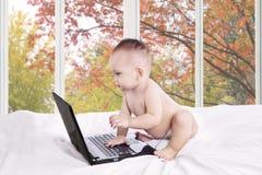 Dziewczynka z laptopem na sypialni Obraz Stock