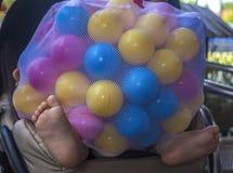 Dziewczynka zakrywająca piłkami Zdjęcia Royalty Free