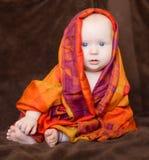 Dziewczynka zawijająca w pomarańczowym szaliku Obrazy Royalty Free