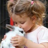 Dziewczynki całowania dziecka królik Zdjęcia Stock