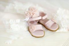 Dziewczynki christening kapitałka i buty fotografia stock